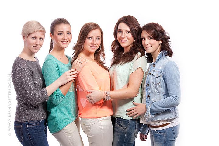 Foto van het hele team, zonder de fotograaf, bij zussen fotoshoot bij Bernadette Boon fotografie in Best