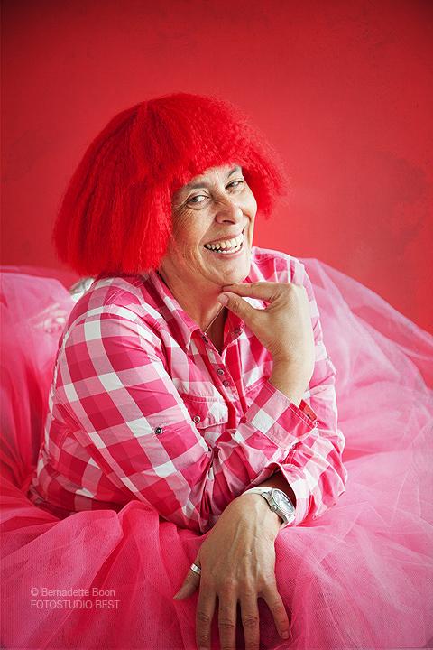 Dame met rode pruik en roze tutu