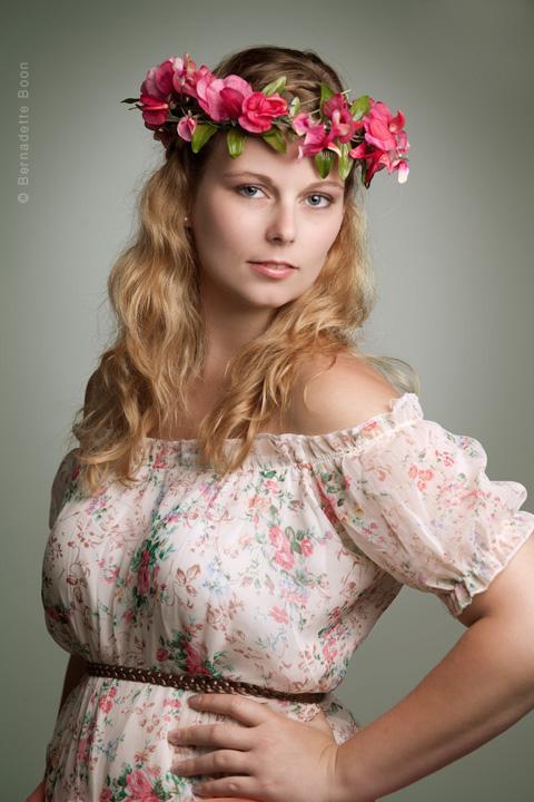 Sfeervol portret dame met bloemen in haar Bernadette Boon Fotostudio Best
