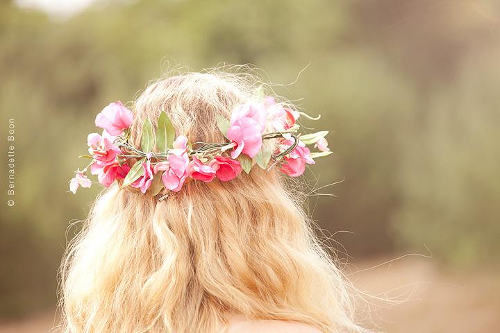 Achterzijde hoofd met bloemenkrans bij Bernadette Boon Fotostudio Best