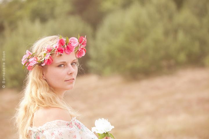 Buitenportret dame met bloemenkrans op hoofd bij Bernadette Boon, fotostudio Best