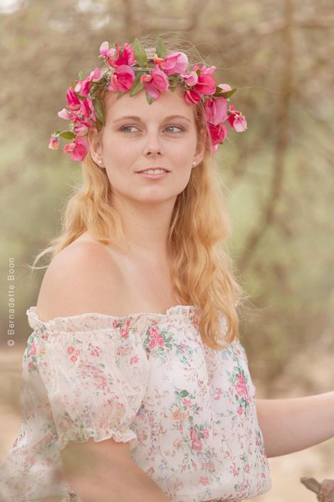 Portret met bloemenkrans zittend in boom door Bernadette Boon
