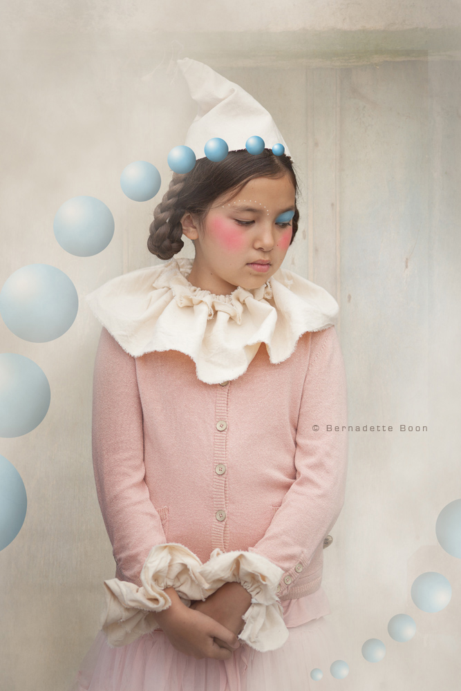 meisje met pierot hoedje en roze kleding
