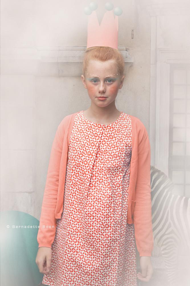 meisje met zalm kleurig jurkje, rood haar, kroontje