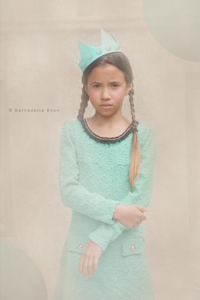 meisje met mintgroen jurkje en kroontje