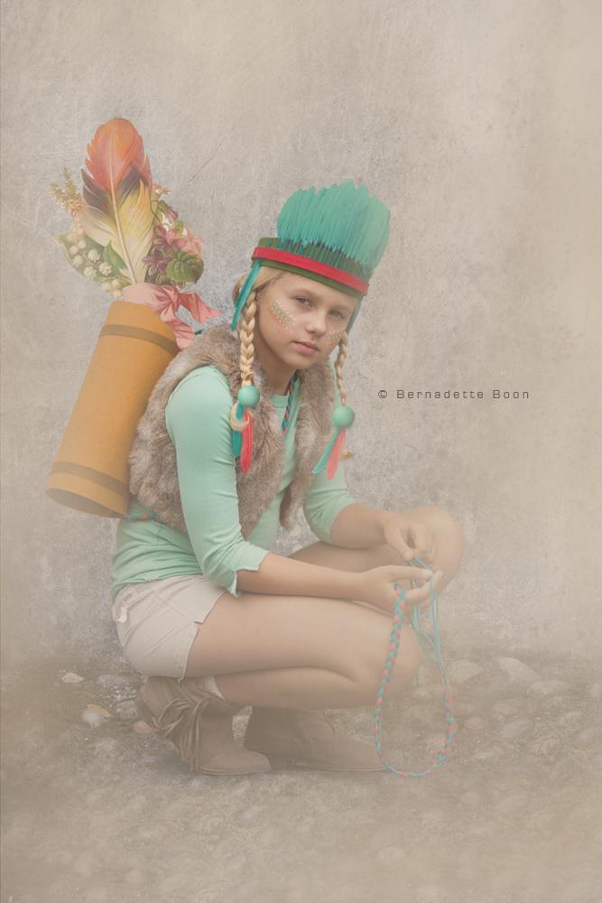 meisje met indianentooi en pijlentas met bloemen