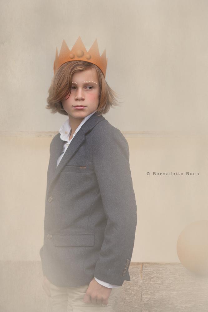 jongen met colbertje en kroontje in dromerige sfeer