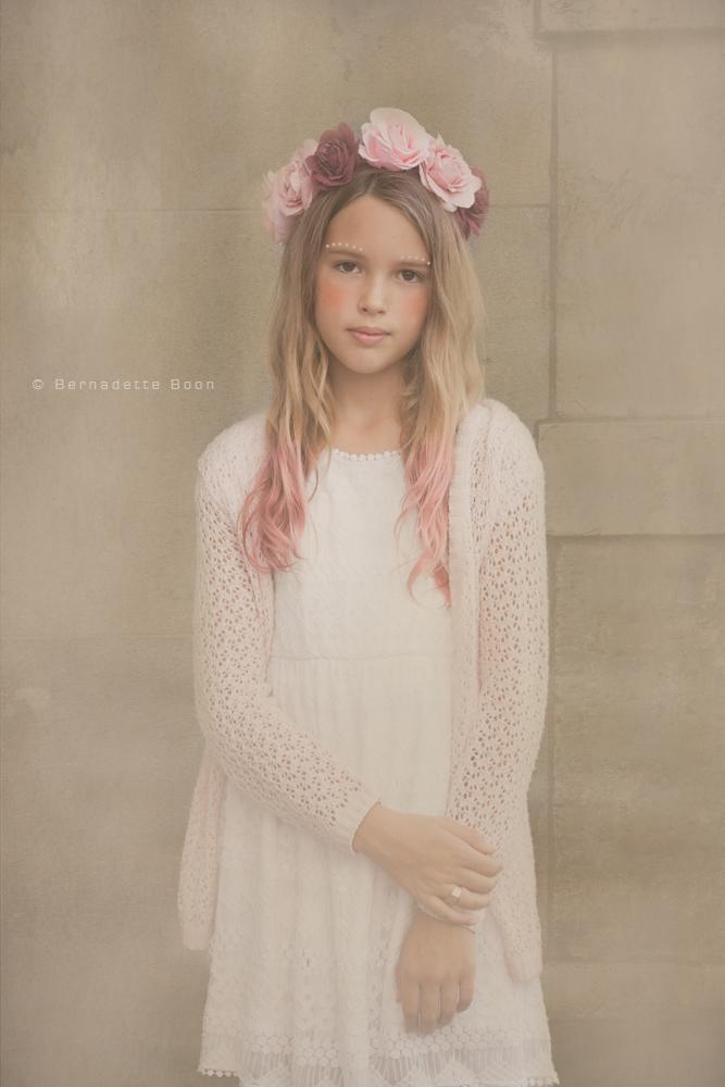 meisje met bloemenkrans in dromerige sfeer