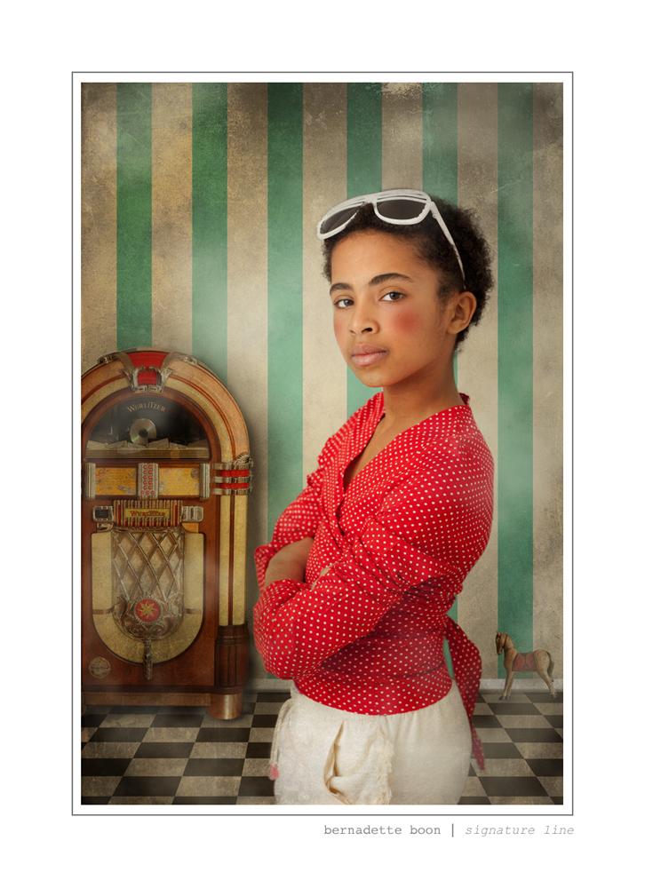 foto van een jong meisje tegen een gestreepte muur