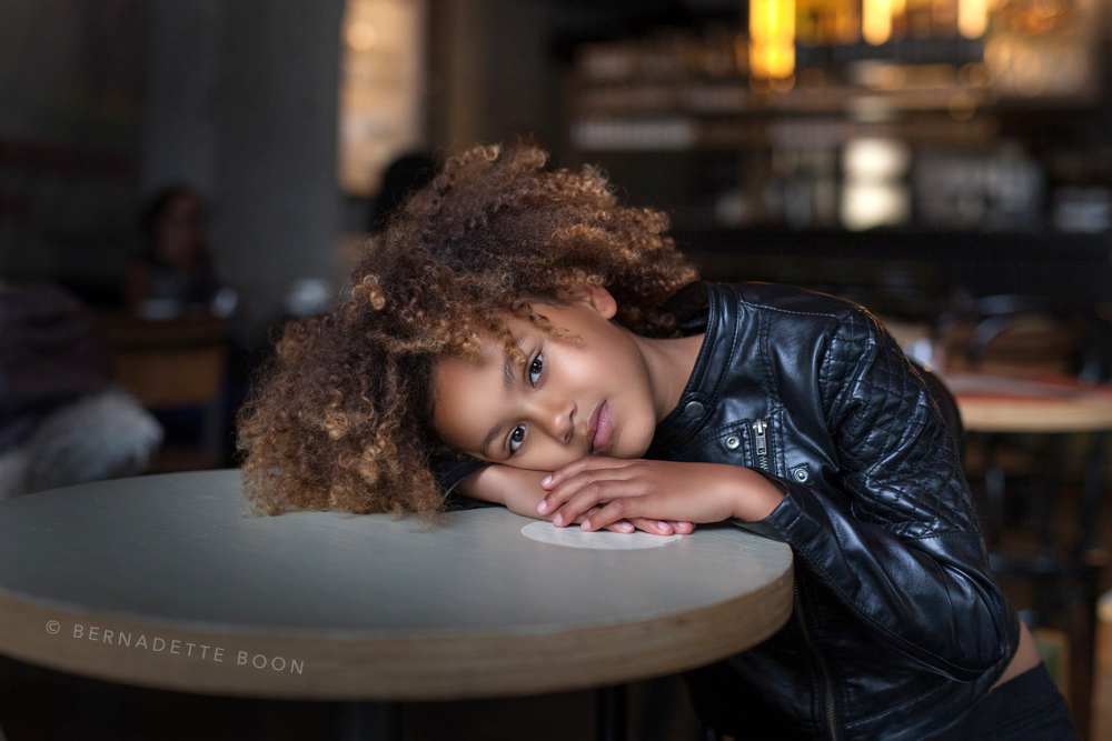 foto van meisje met krullen in Grand-Cafe