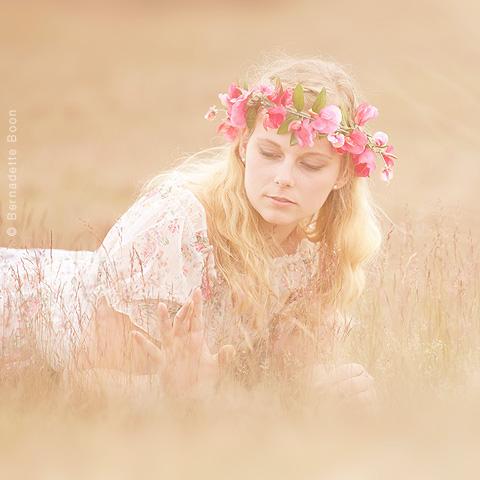 Portret liggend in de zomeravond zon met bloemenkrans bij Bernadette Boon